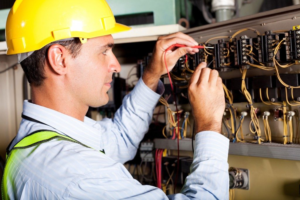 electrician testing circuits